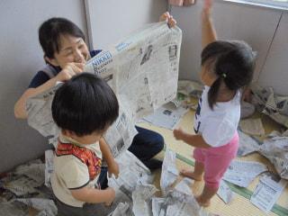 新聞紙遊び楽しいね😆